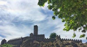Castelgrande ha osservato da Piazza del Sole, Bellinzona Cantone il Ticino, Svizzera immagine stock