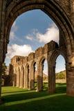 Castell ruïnes in een zonnige dag/Ruïnes van castell met exemplaarruimte stock afbeeldingen