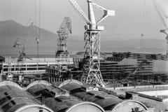 Castellammare di Stabia, Itália, 1967 - os guindastes dos estaleiros estão no trabalho imagens de stock royalty free