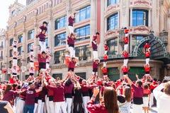 Castellers de Barcelona som utför på avingudaen Portal del Ängel Royaltyfria Bilder