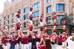 Castellers DE die Barcelona bij avinguda Portal del Angel presteren Royalty-vrije Stock Afbeeldingen