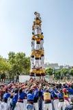 Castellers gör en Castell eller ett mänskligt torn som är typiska i Catalonia Royaltyfri Bild