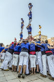 Castellers gör en Castell eller ett mänskligt torn som är typiska i Catalonia Royaltyfri Foto