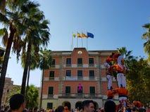 Castellers, istoty ludzkiej wierza w Castelldefels, Hiszpania obraz royalty free