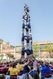 Castellers tun ein Castell oder einen menschlichen Turm, die in Katalonien typisch sind lizenzfreies stockfoto
