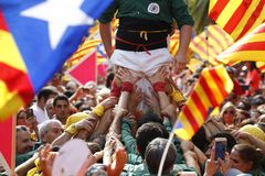 Castellers under Catalonia Diada i Barcelona arkivbild
