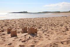 Castelli di sabbia e castello di Dunstanburgh immagini stock libere da diritti