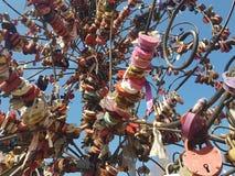 Castelli multicolori di nozze sul fondo del cielo blu, fondo, struttura immagini stock libere da diritti