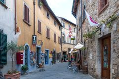 CASTELLINA IM CHIANTI, ITALIEN - OKTOBER 10,2017: Straßenansicht von Castellina im Chianti Eine kleine typische Stadt in Italien Lizenzfreie Stockbilder