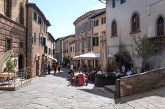 CASTELLINA IM CHIANTI, ITALIEN - OKTOBER 10,2017: Straßenansicht von Castellina im Chianti Eine kleine typische Stadt in Italien Lizenzfreie Stockfotografie