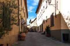 CASTELLINA IM CHIANTI, ITALIEN - OKTOBER 10,2017: Straßenansicht von Castellina im Chianti Eine kleine typische Stadt in Italien Stockbilder
