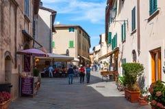 CASTELLINA IM CHIANTI, ITALIEN - OKTOBER 10,2017: Straßenansicht von Castellina im Chianti Eine kleine typische Stadt in Italien Stockfotos