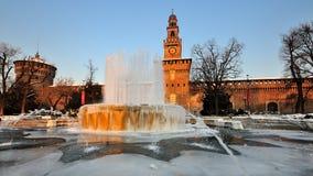 castello喷泉冰了米兰sforzesco 免版税库存图片