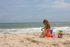 Castello 2 della sabbia della costruzione della ragazza fotografie stock