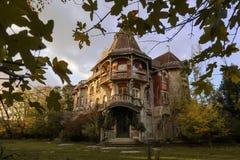 Castello abbandonato nel lato del paese durante l'autunno fotografia stock libera da diritti