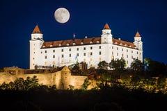 Castello alla notte, Slovacchia di Bratislava Fotografie Stock