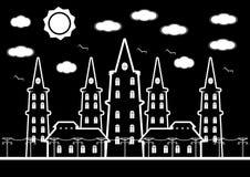 Castello in bianco e nero in città con gli uccelli e il cound del sole Fotografie Stock