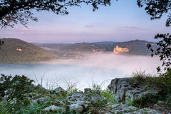 Castello Castlenaud sopra la foschia di primo mattino fotografie stock libere da diritti