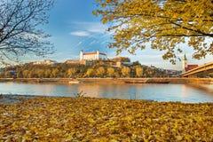 Castello, cattedrale e Parlamento di Bratislava sopra il Danubio nella città di Bratislava, Slovacchia Immagine Stock