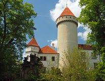 Castello ceco Konopiste del castello dello stato con la torre rotonda ed il verde immagine stock