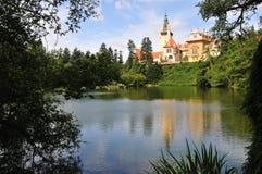 Castello con il lago Fotografia Stock Libera da Diritti