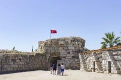 Castello con la vista della città - Smirne - Turchia di Sigacik immagine stock libera da diritti