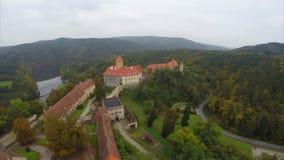 Castello coperto rosso della costruzione reale del colpo del XI secolo e aereo video d archivio