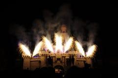 Castello del Disney con il fuoco d'artificio Fotografie Stock Libere da Diritti