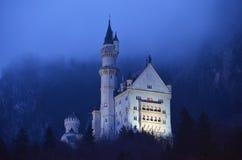 Castello del Neuschwanstein alla notte fotografie stock