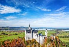 Castello del Neuschwanstein in Baviera della Germania del punto di riferimento di autunno Immagini Stock
