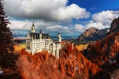 Castello del Neuschwanstein con fogliame rosso, Schwangau, Germania Fotografia Stock Libera da Diritti
