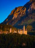 Castello del Neuschwanstein con il Mountain View di estate Immagini Stock