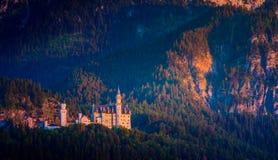 Castello del Neuschwanstein con il Mountain View di estate Fotografia Stock
