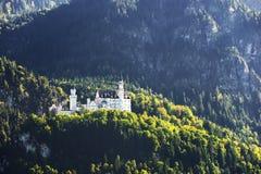 Castello del Neuschwanstein con il paesaggio scenico della montagna vicino a Fussen, Baviera, Germania Immagini Stock