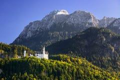 Castello del Neuschwanstein con il paesaggio scenico della montagna vicino a Fussen, Baviera, Germania Immagine Stock Libera da Diritti