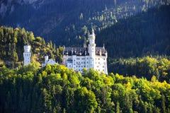 Castello del Neuschwanstein con il paesaggio scenico della montagna vicino a Fussen, Baviera, Germania Immagine Stock