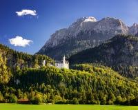 Castello del Neuschwanstein con il paesaggio scenico della montagna vicino a Fussen, Baviera, Germania Immagini Stock Libere da Diritti