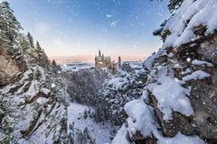 Castello del Neuschwanstein durante l'alba nel paesaggio di inverno Fotografie Stock Libere da Diritti