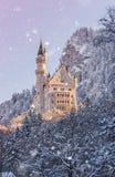 Castello del Neuschwanstein durante l'alba nel paesaggio di inverno Immagini Stock