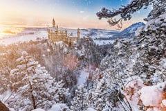 Castello del Neuschwanstein durante l'alba nel paesaggio di inverno Fotografia Stock