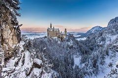 Castello del Neuschwanstein durante l'alba nel paesaggio di inverno Immagine Stock