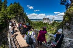 Castello del Neuschwanstein, Germania - 30 giugno 2017: Punto di osservazione sopra Fotografia Stock Libera da Diritti