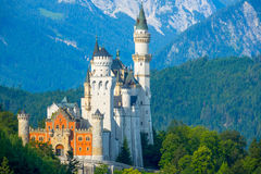Castello del Neuschwanstein nei precedenti delle montagne di mattina Fotografia Stock Libera da Diritti