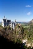 Castello del Neuschwanstein nella valle Immagini Stock