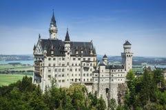 Castello del Neuschwanstein sul fondo del cielo blu fotografia stock libera da diritti
