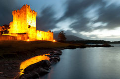 Castello del Ross alla notte, Co. Kerry - Irlanda Fotografie Stock