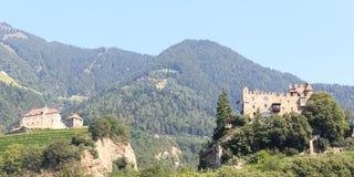 Castello del Tirolo, castello Brunnenburg e panorama della montagna in Tirolo, Tirolo del sud Immagini Stock Libere da Diritti
