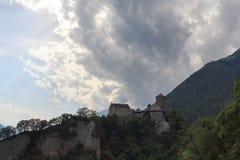 Castello del Tirolo, nuvole di tempesta scure e panorama della montagna in Tirolo, Tirolo del sud Fotografia Stock Libera da Diritti