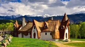 Castello dell'argilla della Transilvania in Romania, in primavera con le montagne nei precedenti fotografia stock libera da diritti