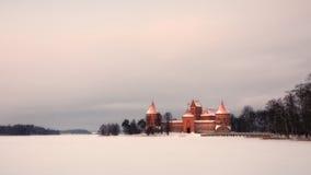 Castello dell'isola di Trakai al tramonto in inverno. Fotografie Stock